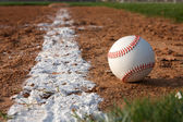 Baseball sulla linea di gesso — Foto Stock