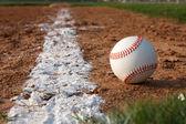 Honkbal op de krijt lijn — Stockfoto