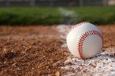 Baseball sur la ligne de craie — Photo