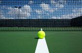 Pelota de tenis en la cancha — Foto de Stock