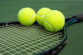 Tennisbälle auf einem schläger — Stockfoto