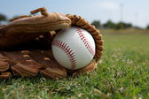 Baseball w rękawicy na polu — Zdjęcie stockowe