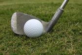 高尔夫球场球和楔形 — 图库照片