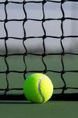 Tennisboll mot nätet — Stockfoto