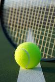 Rakieta i piłki tenisowe — Zdjęcie stockowe