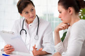 Médico con paciente femenino — Foto de Stock