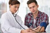 Comprobación de la presión arterial — Foto de Stock