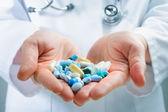 Prendendo la medicina — Foto Stock