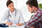 Doktor hastaya konuşuyor — Stok fotoğraf