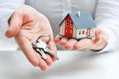 Dům a klíče — Stock fotografie