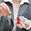 Businesswoman with house model and keys — Stockfoto