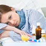zieke vrouw die in bed ligt — Stockfoto