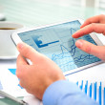 zakenman met behulp van tablet pc — Stockfoto