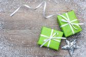 Dárkové krabičky s lukem a sněhové vločky — Stock fotografie