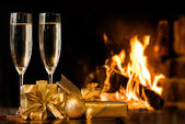 Two glasses in front of fireplace — Stock Photo