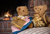 Vintage teddy bears in front of fireplace — Foto Stock
