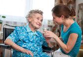 Donna senior con domestica badante — Foto Stock
