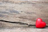 Rood hart in spleet van houten plank — Stockfoto