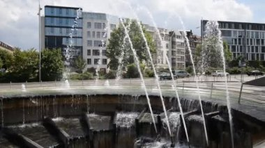 Fountain and modern buildings on city ring, Stuttgart — Stock Video