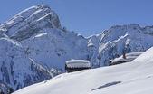 Snowy chałupa dach, san pellegrino pass — Zdjęcie stockowe