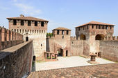 Massive towers in main courtyard, Soncino Castle — Stock fotografie