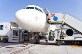 Vliegtuig op luchthaven — Stockfoto
