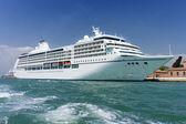 Stora vita kryssningsfartyg — Stockfoto