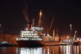 Navire commercial dans le port de nuit — Photo