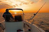 日の出の現代釣りボート — ストック写真