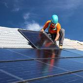 Adam güneş panelleri yüklenmesi — Stok fotoğraf