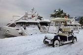 Voiture, yacht et neige — Photo