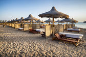 Sunbeds and beach umbrella in Marsa Alam, Egypt — Stockfoto