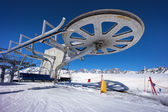 Ski lift chair station on slope in mountain — Foto de Stock