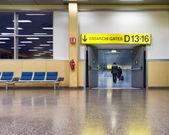 Människor gå på flygplatsen — Stockfoto