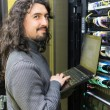 homem que trabalha com servidores no data center — Foto Stock