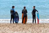 канны, франция - 27 апреля 2014 г.: четыре молодых серферов ждут право волны на пляже. — Стоковое фото