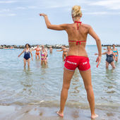 Seniors doing fitness on Cattoica beach, Emilia Romagna, Italy — Foto de Stock