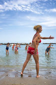 Seniors doing fitness on Cattoica beach, Emilia Romagna, Italy — Foto Stock