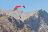 Paraglider in mountains — Stockfoto