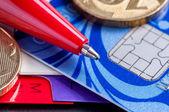 Carte de crédit, journal, stylo et pièces — Photo