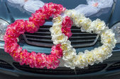 Wedding car decoration in the form of hearts — Stockfoto