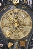 Borne d'un temple avec une plaque en pierre dorée — Photo
