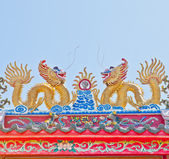 Dragon statue on china temple roof — Стоковое фото