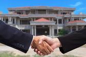 Apretón de manos de empresario para negocios inmobiliarios — Foto de Stock