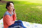 Senior femenino con el teléfono móvil — Foto de Stock