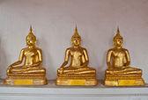 Estatua dorada de buda en un templo — Foto de Stock