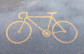 Желтый знак велодорожка на дороге — Стоковое фото