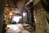 Interior de fábrica abandonada de assustador vazio sujo velho — Fotografia Stock