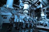 Industriområde, stål rörledningar och kablar i blå toner — Stockfoto