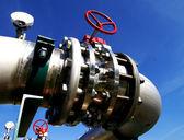 Zona industriale, tubazioni in acciaio e cavi in toni blu — Foto Stock